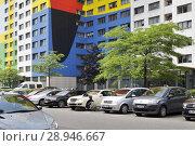 Berlin, Germany, man repairs his car in Franz-Jacob-Strasse in Berlin-Fennpfuhl (2016 год). Редакционное фото, агентство Caro Photoagency / Фотобанк Лори
