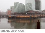 Hamburg, Germany, Fleete and Spiegel publishing house on the edge of the Hamburg harbor (2016 год). Редакционное фото, агентство Caro Photoagency / Фотобанк Лори