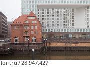 Hamburg, Germany, old building New building of the publishing house of the news magazine DER SPIEGEL on the edge of Speicherstadt in Hamburg (2016 год). Редакционное фото, агентство Caro Photoagency / Фотобанк Лори