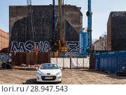 Berlin, Germany, Cabriolet is parked on the construction site for the Cuvryhoefe in the Cuvrystrasse in Berlin-Kreuzberg (2017 год). Редакционное фото, агентство Caro Photoagency / Фотобанк Лори