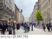 Berlin, Germany, Visitors of MyFest in the Adalbertstrasse in Berlin-Kreuzberg (2017 год). Редакционное фото, агентство Caro Photoagency / Фотобанк Лори