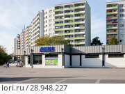 Купить «Berlin, Germany, prefabricated buildings and ALDI in Havemannstrasse corner Rabensteiner street in Berlin-Marzahn», фото № 28948227, снято 30 сентября 2017 г. (c) Caro Photoagency / Фотобанк Лори