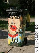 Купить «Мусорное ведро с рисунком - курящая красивая женщина», фото № 28954435, снято 1 мая 2018 г. (c) Марина Шатерова / Фотобанк Лори