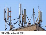 Купить «Антенны базовой станции оператора сотовой связи на крыше здания», фото № 28955051, снято 14 августа 2018 г. (c) Алексей Букреев / Фотобанк Лори