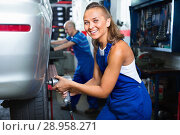 Купить «Mechanic woman working on wheel equilibrium control machinery», фото № 28958271, снято 17 декабря 2018 г. (c) Яков Филимонов / Фотобанк Лори