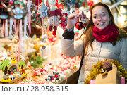 Купить «Female customer at the Christmas Fair», фото № 28958315, снято 18 октября 2018 г. (c) Яков Филимонов / Фотобанк Лори