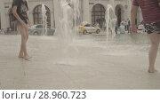 Купить «Boys play in fountain near the Gostinniy Dvor in Moscow», видеоролик № 28960723, снято 25 июля 2018 г. (c) Ирина Мойсеева / Фотобанк Лори