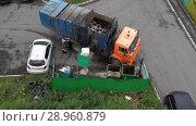 Купить «Водитель спецтехники выгружает мусорный бак в кузов мусоровозной автомашины», видеоролик № 28960879, снято 16 августа 2018 г. (c) А. А. Пирагис / Фотобанк Лори