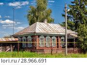 Типичный деревянный дом с палисадником и газопроводом. Стоковое фото, фотограф Александр Гаценко / Фотобанк Лори