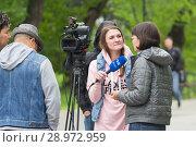 Купить «Tyumen, Russia, on August 18, 2018: The journalist and the video operator of one of TV channels of Tyumen interview», фото № 28972959, снято 18 августа 2018 г. (c) Землянникова Вероника / Фотобанк Лори