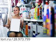 Купить «woman customer holding box», фото № 28973799, снято 22 июля 2019 г. (c) Яков Филимонов / Фотобанк Лори