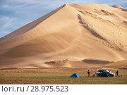Купить «Туристический лагерь под барханом в пустыне Монгол Элс в Монголии / Tourist camp near barkhan in Mongolia sandy dune desert Mongol Els», фото № 28975523, снято 5 июля 2018 г. (c) Serg Zastavkin / Фотобанк Лори