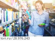 Купить «Ordinary female holding shampoo for hair», фото № 28976243, снято 5 августа 2017 г. (c) Яков Филимонов / Фотобанк Лори