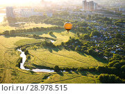 Купить «Воздушный шар летит над рекой Павловкой, Рязань», фото № 28978515, снято 27 мая 2018 г. (c) Инна Грязнова / Фотобанк Лори