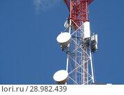 Купить «Антенна сотовой связи на фоне синего неба», фото № 28982439, снято 6 августа 2018 г. (c) Сапрыгин Сергей / Фотобанк Лори