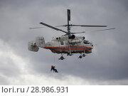 Купить «Спасатель десантируется с пожарно-спасательного вертолета Ка-32А МЧС России на аэродроме Мячково», фото № 28986931, снято 27 апреля 2018 г. (c) Free Wind / Фотобанк Лори