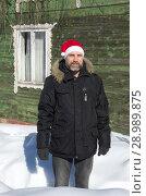 Купить «Бородатый мужчина в шапке Санта Клауса зимой на даче», эксклюзивное фото № 28989875, снято 9 марта 2018 г. (c) Елена Коромыслова / Фотобанк Лори