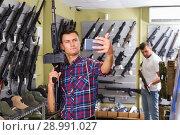 Купить «Guy taking selfie with rifle», фото № 28991027, снято 4 июля 2017 г. (c) Яков Филимонов / Фотобанк Лори