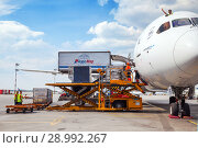 "Купить «Moscow, Russia- JUN 29, 2018: Loading service of Airplane Boeing 787 Dreamliner ""Air France"" in airport Sheremetyevo», фото № 28992267, снято 29 июня 2018 г. (c) Юлия Кузнецова / Фотобанк Лори"