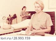 Купить «Cosmetician working with papers», фото № 28993159, снято 16 марта 2018 г. (c) Яков Филимонов / Фотобанк Лори