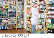 Купить «Beautiful woman recommending skin care products», фото № 28993267, снято 15 марта 2017 г. (c) Яков Филимонов / Фотобанк Лори