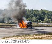 Купить «Горящая машина на обочине дороги», фото № 28993475, снято 27 августа 2018 г. (c) Наталья Волкова / Фотобанк Лори