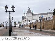 Пешеходная улица Баумана с видом на кремль. Казань (2018 год). Редакционное фото, фотограф Юлия Бабкина / Фотобанк Лори
