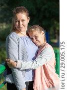 Купить «Мама с дочкой», фото № 29005175, снято 1 июня 2018 г. (c) Кекяляйнен Андрей / Фотобанк Лори