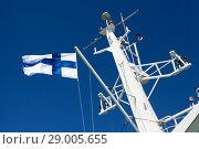 Купить «Национальный флаг Финляндии развевается на мачте парома на фоне синего неба», фото № 29005655, снято 2 июля 2018 г. (c) Кекяляйнен Андрей / Фотобанк Лори