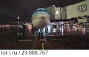 Купить «Night view of boarding Korean Air plane», видеоролик № 29008767, снято 4 октября 2017 г. (c) Данил Руденко / Фотобанк Лори