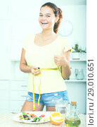 Купить «girl with measuring tape», фото № 29010651, снято 14 декабря 2018 г. (c) Яков Филимонов / Фотобанк Лори
