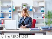 Купить «Injured female employee working in the office», фото № 29011655, снято 9 апреля 2018 г. (c) Elnur / Фотобанк Лори