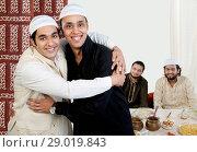 Muslim men hugging each other. Стоковое фото, фотограф IndiaPicture / easy Fotostock / Фотобанк Лори