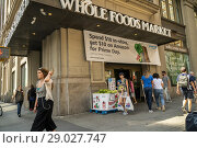 Купить «The Whole Foods Market in the Chelsea neighborhood of New York advertises Amazon's offer to Prime members of $10 off on Prime Day when you spend $10 in...», фото № 29027747, снято 11 июля 2018 г. (c) age Fotostock / Фотобанк Лори