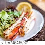 Купить «claws of king crab, lemon and salad», фото № 29030407, снято 11 июля 2017 г. (c) katalinks / Фотобанк Лори