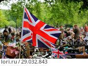 Купить «Riders gather for a picnic in Geraldine Mary Harnsworth Park. The Tweed Run is one of London's most visually stunning and wonderfully British public bicycle...», фото № 29032843, снято 6 мая 2017 г. (c) age Fotostock / Фотобанк Лори