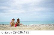 Купить «Two kids making sand castle and having fun at tropical beach», видеоролик № 29036195, снято 12 апреля 2018 г. (c) Дмитрий Травников / Фотобанк Лори