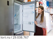 Купить «Young female housewife buying large refrigerator», фото № 29038767, снято 12 декабря 2017 г. (c) Яков Филимонов / Фотобанк Лори