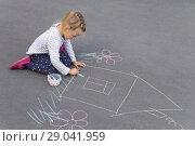 Купить «Девочка рисует дом мелом на асфальте», фото № 29041959, снято 20 августа 2018 г. (c) Лариса Капусткина / Фотобанк Лори