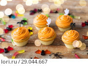 Купить «halloween party decorated cupcakes on wooden table», фото № 29044667, снято 6 июля 2017 г. (c) Syda Productions / Фотобанк Лори