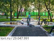 Купить «Еврейские дети играют у сухого фонтана в Новослободском парке (Зуевский, детский парк № 1)», фото № 29047991, снято 27 августа 2018 г. (c) Алёшина Оксана / Фотобанк Лори