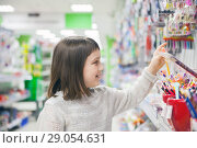 schoolgirl choosing office supplies. Стоковое фото, фотограф Дарья Филимонова / Фотобанк Лори
