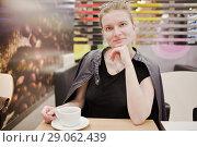 Купить «Девушка в кафе», фото № 29062439, снято 26 августа 2018 г. (c) Victoria Demidova / Фотобанк Лори