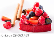 Купить «cake with fresh forest berries with cinnamon and anise», фото № 29063439, снято 5 июня 2017 г. (c) Татьяна Яцевич / Фотобанк Лори