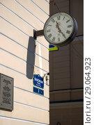 Купить «Уличные часы на стене дома на Манежной площади в Санкт-Петербурге», фото № 29064923, снято 8 августа 2018 г. (c) V.Ivantsov / Фотобанк Лори