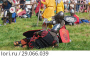 Купить «Men in knight's armor sitting on the grass during the break of the tournament. Around people, public. Festival of the middle ages.», видеоролик № 29066039, снято 30 мая 2020 г. (c) Константин Шишкин / Фотобанк Лори