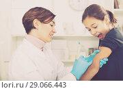 Купить «Doctor makes injection girl», фото № 29066443, снято 25 сентября 2018 г. (c) Яков Филимонов / Фотобанк Лори