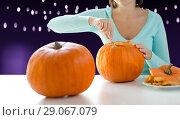 Купить «close up of woman carving halloween pumpkin», фото № 29067079, снято 17 сентября 2014 г. (c) Syda Productions / Фотобанк Лори