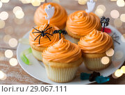 Купить «halloween party decorated cupcakes on plate», фото № 29067111, снято 6 июля 2017 г. (c) Syda Productions / Фотобанк Лори