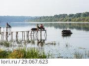 Купить «Летний пейзаж с  рыбаками ловящеми рыбу на реке», эксклюзивное фото № 29067623, снято 6 сентября 2018 г. (c) Игорь Низов / Фотобанк Лори